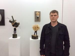Edvardas Racevicius vor seinen Skulpturen