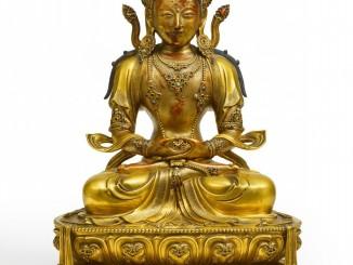 Feine Figur des Buddha Amitayus, Kangxi-Periode, ca. 1680/1700, Feuervergoldete Bronze, H 41,9 cm (Schätzpreis: € 300.000 – 500.000,-, Ergebnis: € 784.000,-)